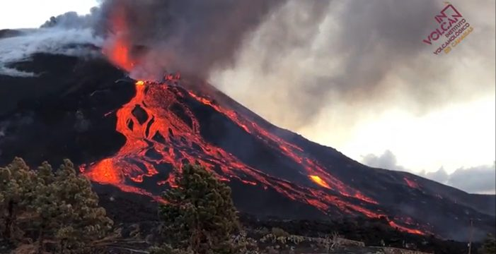 Se parte el cono del volcán de La Palma generando desbordamientos y desprendimientos
