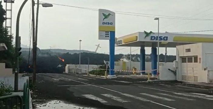 La colada de lava, a punto de engullir la gasolinera de La Laguna