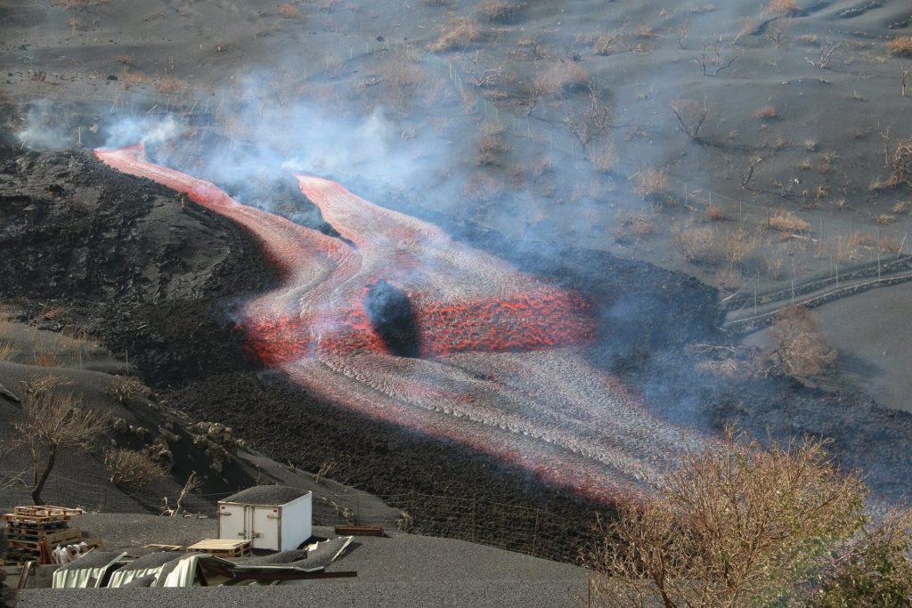 Nueva colada de lava en el volcán de La Palma. Involcan