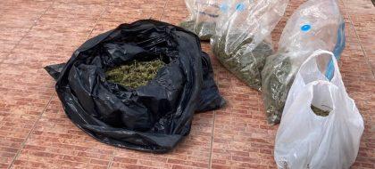 Un vecino alerta de un posible robo en una casa y encuentran siete kilos de marihuana