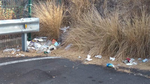 Botellas, cajas y bolsas: la suciedad reina en el parking del Hospital del Norte