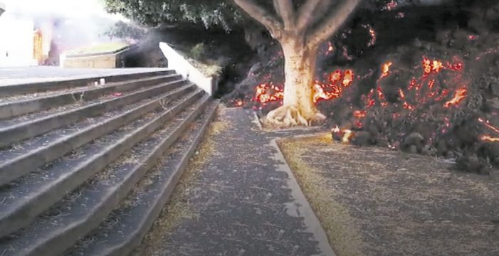 La colada de lava se ralentiza al llegar a la iglesia de La Laguna