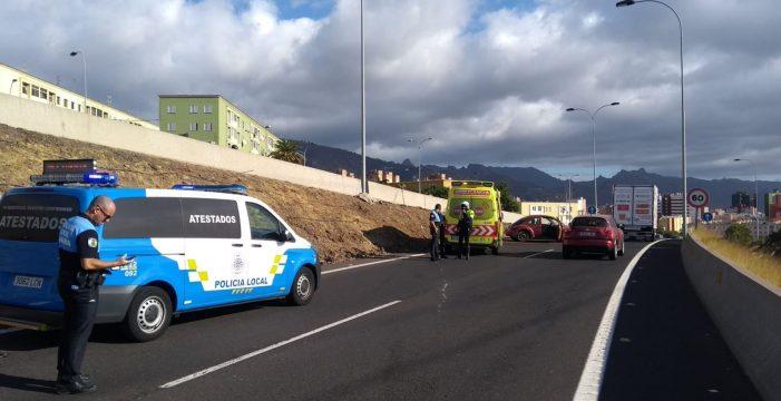 Retenciones en la entrada de Santa Cruz tras el vuelco de un vehículo