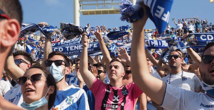 La afición del CD Tenerife no dejó de animar a los suyos en Gran Canaria