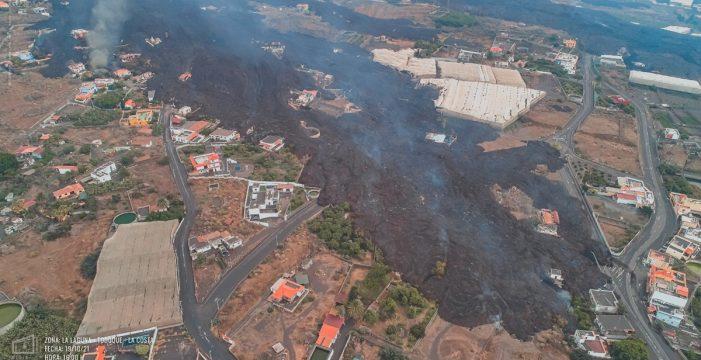 Una colada del volcán amenaza con arrasar el barrio de La Laguna