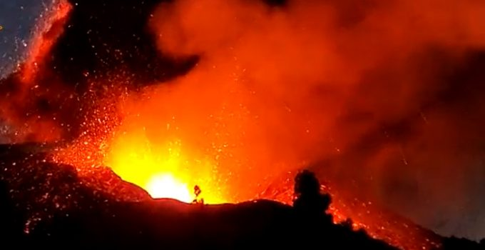 El volcán de La Palma cobra fuerza por la noche