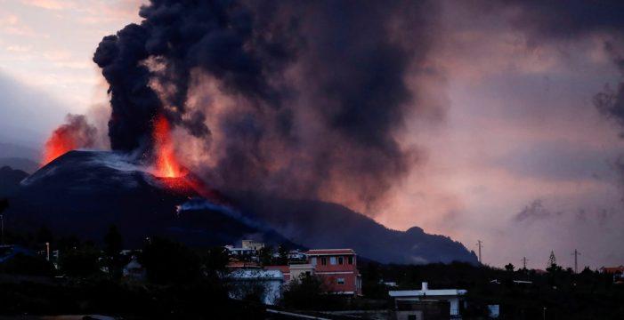 El volcán despierta con más fuerza y fluye sobre las coladas primigenias