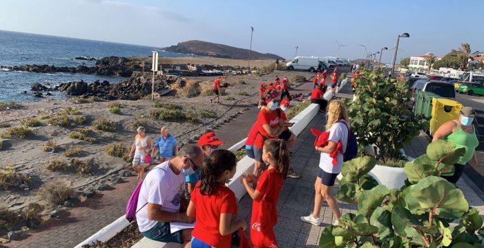 Más de medio centenar de voluntarios limpian la playa de Abades